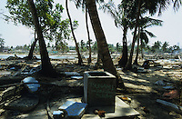 "Asien Indien IND Andamanen und Nikobaren Tsunami Zerstörung durch Seebeben und Tsunami Flutwelle auf Insel Little Andaman Ort Hut Bay -  Flut Welle Meer Ozean Beben Brunnen xagndaz | Third world Asia India Andaman and Nicobar Islands Tsunami disaster catastrophe destruction in Hut bay on Little Andaman island earthquake seaquake ocean sea wave flood destroy. | [copyright  (c) Joerg Boethling/agenda , Veroeffentlichung nur gegen Honorar und Belegexemplar an / royalties to: agenda  Rothestr. 66  D-22765 Hamburg  ph. ++49 40 391 907 14  e-mail: boethling@agenda-fototext.de  www.agenda-fototext.de  Bank: Hamburger Sparkasse BLZ 200 505 50 kto. 1281 120 178  IBAN: DE96 2005 0550 1281 1201 78 BIC: ""HASPDEHH""] [#0,26,121#]"