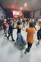 Ronde, mais non identifiee, les danseurs tournent a droite