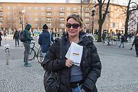 """Etwa 3 dutzend Menschen versuchten am Samstag den 28. Maerz 2020 in Berlin-Mitte, trotz einem allgemeinen Versammlungsverbot durch die Behoerden sich zu einer """"Hygienedemo"""" zu versammeln. Ihre Forderung war """"fuer unsere Verfassung, das Grundgesetz, sowie Transparenz, Pressefreiheit, Wahlen und vollstaendige Demokratie & Transparenz bei der Einsetzung neuer Wirtschaftsgesetze in Form einer """"Verfassung der Oekonomie"""".<br /> Es wurden Exemplare des Grundgesetz verteilt. Die Polizei forderte die Menschen auf sich zu zerstreuen und nach ca. 30 Minuten nahm sie von Menschen, die der Aufforderung nicht nachkamen die Personalien auf und erteilte Platzverweise.<br /> Aufgerufen zu der Aktion hatte eine Gruppe namens """"nichtohneuns.de"""".<br /> Im Bild: Eine Frau haelt ein Exemplar des Grundgesetz in den Haenden.<br /> 28.3.2020, Berlin<br /> Copyright: Christian-Ditsch.de<br /> [NUR FUER REDAKTIONELLE ZWECKE! Werbung nur auf Anfrage beim Fotografen. Inhaltsveraendernde Manipulation des Fotos nur nach ausdruecklicher Genehmigung des Fotografen. Vereinbarungen ueber Abtretung von Persoenlichkeitsrechten/Model Release der abgebildeten Person/Personen liegen nicht vor. NO MODEL RELEASE! Don't publish without copyright Christian-Ditsch.de, Veroeffentlichung nur mit Fotografennennung, sowie gegen Honorar, MwSt. und Beleg. Konto: I N G - D i B a, IBAN DE58500105175400192269, BIC INGDDEFFXXX, Kontakt: post@christian-ditsch.de<br /> Bei der Bearbeitung der Dateiinformationen darf die Urheberkennzeichnung in den EXIF- und  IPTC-Daten nicht entfernt werden, diese sind in digitalen Medien nach §95c UrhG rechtlich geschuetzt. Der Urhebervermerk wird gemaess §13 UrhG verlangt.]"""