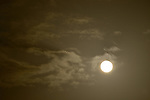 Mond, Vollmond, Himmel, Wolken, Nacht, Kategorien und Themen, Natur, Umwelt, Landschaft, Stimmungen, Wetterfoto, Wetterfotografie, Wetterphotos, Wetterphotographie....[Fuer die Nutzung gelten die jeweils gueltigen Allgemeinen Liefer-und Geschaeftsbedingungen. Nutzung nur gegen Verwendungsmeldung und Nachweis. Download der AGB unter http://www.image-box.com oder werden auf Anfrage zugesendet. Freigabe ist vorher erforderlich. Jede Nutzung des Fotos ist honorarpflichtig gemaess derzeit gueltiger MFM Liste - Kontakt, Uwe Schmid-Fotografie, Duisburg, Tel. (+49).2065.677997, ..archiv@image-box.com, www.image-box.com]