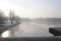 Minus 13 Grad in Leipzig und Umgebung - im Bild: Die Sonne steigt empor - die Luft ist diesig durch die klirrende Kälte - Elsterflutbecken Elsterwehr im Hintergrund Nebel. Foto: Norman Rembarz..Norman Rembarz , ASV Autorennummer 41043728 , Holbeinstr. 14, 04229 Leipzig, Tel.: 01794887569, Hypovereinsbank: BLZ: 86020086, KN: 357889472, St.Nr.: 231/261/06432 - Jegliche kommerzielle Nutzung ist honorar- und mehrwertsteuerpflichtig! Persönlichkeitsrechte sind zu wahren. Es wird keine Haftung übernommen bei Verletzung von Rechten Dritter. Autoren-Nennung gem. §13 UrhGes. wird verlangt. Weitergabe an Dritte nur nach  vorheriger Absprache..