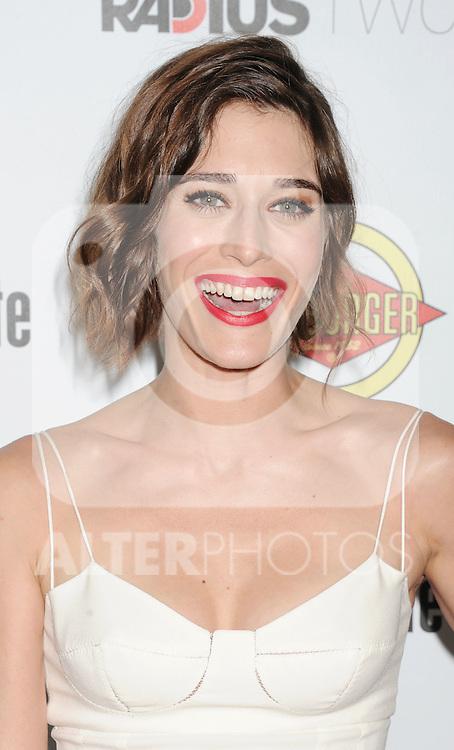 HOLLYWOOD, CA - AUGUST 23: Lizzy Caplan arrives at the Los Angeles premiere of 'Bachelorette' at the Arclight Hollywood on August 23, 2012 in Hollywood, California. /NortePhoto.com.... **CREDITO*OBLIGATORIO** *No*Venta*A*Terceros*..*No*Sale*So*third* ***No*Se*Permite*Hacer Archivo***No*Sale*So*third*