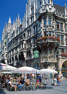 Deutschland, Bayern, Oberbayern, Muenchen: Strassencafe vorm Neuen Rathaus am Marienplatz | Germany, Bavaria, Upper Bavaria, Munich: cafe and New Cityhall at Marien Square