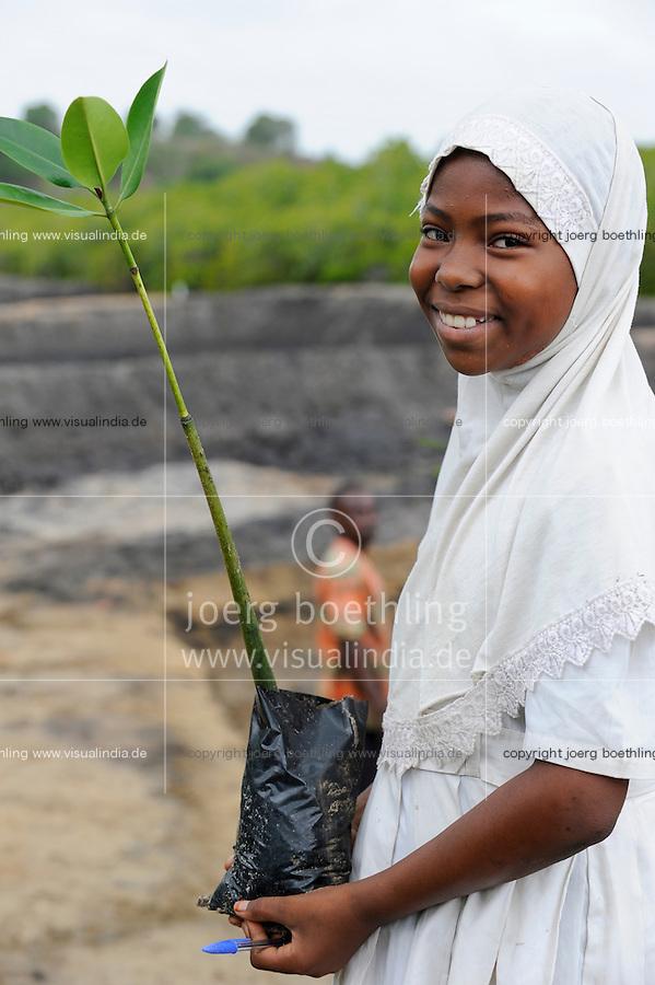 Kenya Mombasa , children plant mangrove during school excursion at the coastal belt for climate and coast protection and against sea erosion / KENIA Projekt Kuestenschutz in Kuestenregion bei Mombasa , Ort Majaoni , Kinder einer Schulklasse aus Majaoni bei Mangroven Anpflanzung