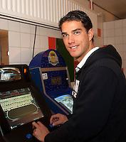 18-12-10, Tennis, Rotterdam, Reaal Tennis Masters 2010, Jesse Huta Galung speelt in de playerslounge een spelletje in afwachting van zijn partij