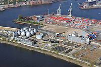 VERA:EUROPA, DEUTSCHLAND, HAMBURG 16.04.2009:Abwasser, Abwasserrohr, Klaeranlage, Klaerwerk, Rohr, Schaum, Schmutz, Verschmutzung, Wasser, Hafen, Elbe, Abwasserreinigung, Faulbehaelter, Faultuerme, Fauleier,  Klaeranlage, Klaerbecken, Klaerschlamm, Klaerwerk, Wasser, Klaeranlage, Klaerbecken, Klaerschlamm, Klaerwerk, Wasseraufbereitung, Aussenansicht, Gifte, Oekologie-Umwelt, Umwelt, Abwasseraufbereitung, Wasserbetriebe, Infrastruktur, Kommune, Privatisierung, Umweltschutz, Wasserreinigung, Entsorgerung, Entsorger, Anlage, Becken, Belebung, Wasserbelebung , Belebungsbecken, Bereich, Berlin, Brauchwasser, Entgasung, Entgasungszone, Industrie, Industrieanlage, Klaerung, Klaerwasserstation, Mechanik, Reinigung, Rueckstaende, Schaedlichkeit, Technik, Klaerschlammbehandlung, Klaerschlammverwertung, Abwasseranlage, Schlammbehandlungsanlage, Belebungsanlage, Schlammentwaesserung, Abwasserbehnadlungsbecken, Luftaufnahme, Luftbild,  Luftansicht, Die VERA Klaerschlammverbrennung GmbH nutzt die auf dem Hamburger Hauptklaerwerk anfallenden Reststoffe (Faulgas, Klaerschlamm) zur Stromerzeugung. Abnehmer von Strom und Waerme ist die Hamburger Stadtentwaesserung (HSE).<br />Der Name wurde aus Verwertungsanlage für Rueckstaende aus der Abwasserbehandlung gebildet.<br />Zur Verbrennung des getrockneten Klaerschlamms stehen drei unabhaengige Verbrennungslinien mit Wirbelschichtfeuerung zur Verfügung. In einem kombinierten Gas- und Dampfturbinenprozess werden in der VERA rund 72 Millionen Kilowattstunden Strom und 74 Millionen Kilowattstunden Waerme pro Jahr erzeugt (2003).<br /><br />c o p y r i g h t : A U F W I N D - L U F T B I L D E R . de<br />G e r t r u d - B a e u m e r - S t i e g 1 0 2, 2 1 0 3 5 H a m b u r g , G e r m a n y P h o n e + 4 9 (0) 1 7 1 - 6 8 6 6 0 6 9 E m a i l H w e i 1 @ a o l . c o m w w w . a u f w i n d - l u f t b i l d e r . d e<br />K o n t o : P o s t b a n k H a m b u r g <br />B l z : 2 0 0 1 0 0 2 0  K o n t o : 5 8 3 6 5 7 2 0 9