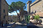Italien, Latium, Bolsena: mit Castello (Rocca) Monaldeschi della Cervara (13. Jh.) am Lago di Bolsena mit Insel Bisentina | Italy, Lazio, Bolsena: with Castello Monaldeschi della Cervara (13th cent.) at Lago di Bolsena with Isle Bisentina