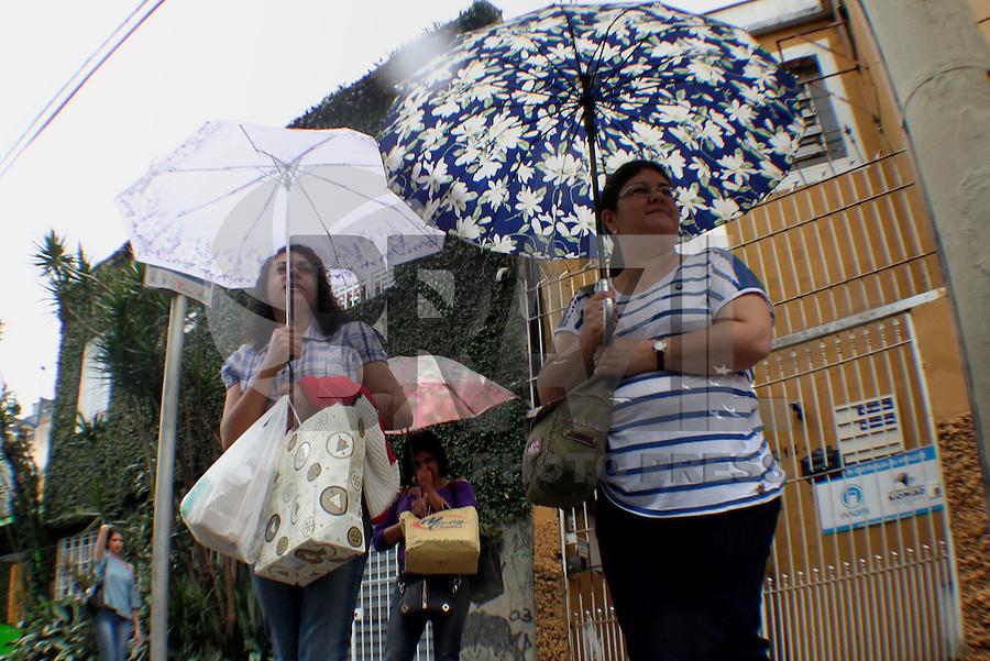 SÃO PAULO, SP, 10 JANEIRO DE 2013  - CLIMA TEMPO SP - Paulistanos enfrentam chuva na capital paulista regiao do Bom Retiro, na tarde dessa quinta-feira, 10, zona central da cidade -   FOTO LOLA OLIVEIRA - BRAZIL PHOTO PRESS