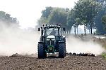 Foto: VidiPhoto<br /> <br /> VALBURG – Voor de eerste regenbuien er aan komen vlakt geitenhouder Erik Timmermans uit Valburg met een weidesleep woensdag nog even zijn pas omgewerkte akker af. Het oude weiland van 8 ha., waarvan hij te weinig productie had, maakt plaats voor nieuw gras dat donderdag wordt ingezaaid. Het gras is bestemd als voedsel voor zijn 1500 melkgeiten. Nieuw gras inzaaien is nu gunstig. De grond is nog warm en er wordt regen verwacht. Twee noodzakelijke voorwaarden voor een snelle groei van gewassen, dus ook gras.
