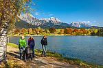 Oesterreich, Salzburger Land, im Pinzgau, Saalfelden: Herbstspaziergang am Ritzensee - kuenstlich angelegter Badesee vor Berchtesgadener Alpen (Steinernes Meer) und Hochkoenig | Austria, Salzburger Land, at Pinzgau region, Saalfelden: autumn walk at lake Ritzensee - man-made swimming lake with Berchtesgaden Alps (Steinernes Meer) and Hochkoenig mountains