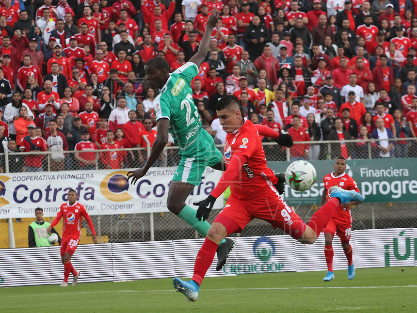 BOGOTÁ - COLOMBIA, 29-09-2019:Danilo Arboleda (Izq.) jugador de La Equidad  disputa el balón con Michael Rangel  (Der.) jugador del América de Cali durante partido por la fecha 13 de la Liga Águila II 2019 jugado en el estadio Metropolitano de Techo de la ciudad de Bogotá. /Danilo Arboleda(L) player of La Equidad fights the ball  against of Michael Rangel(R) player of America of Cali  during the match for the date 13th of the Liga Aguila II 2019 played at the Metropolitano de Techo  stadium in Bogota city. Photo: VizzorImage / Felipe Caicedo / Staff.