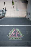 Ein Warnheinweis vor Taschendieben auf den Stufen zum S-Bahnhof Potsdamer Platz.<br /> 20.6.2020, Berlin<br /> Copyright: Christian-Ditsch.de<br /> NUR FUER REDAKTIONELLE ZWECKE! Werbung nur auf Anfrage beim Fotografen. [Inhaltsveraendernde Manipulation des Fotos nur nach ausdruecklicher Genehmigung des Fotografen. Vereinbarungen ueber Abtretung von Persoenlichkeitsrechten/Model Release der abgebildeten Person/Personen liegen nicht vor. NO MODEL RELEASE! Don't publish without copyright Christian-Ditsch.de, Veroeffentlichung nur mit Fotografennennung, sowie gegen Honorar, MwSt. und Beleg. Konto: I N G - D i B a, IBAN DE58500105175400192269, BIC INGDDEFFXXX, Kontakt: post@christian-ditsch.de<br /> Bei der Bearbeitung der Dateiinformationen darf die Urheberkennzeichnung in den EXIF- und  IPTC-Daten nicht entfernt werden, diese sind in digitalen Medien nach §95c UrhG rechtlich geschuetzt. Der Urhebervermerk wird gemaess §13 UrhG verlangt.]
