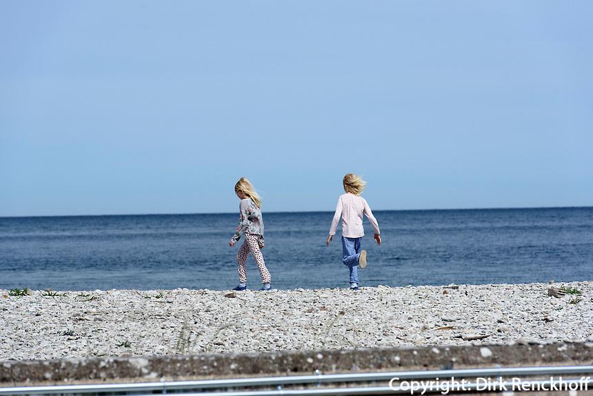 Touristen am Hafen von Lickershamn auf der Insel Gotland, Schweden, Europa<br /> children at Port of Lickershamn, Isle of Gotland, Sweden