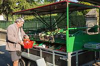 France, Aude (11), Talairan:  marchand de fruits et légumes ambulant   //France, Aude, Talairan, fruit and vegetables itinerant  merchant