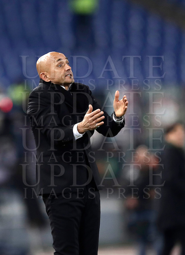 Calcio, Serie A: Roma vs Milan. Roma, stadio Olimpico, 12 dicembre 2016.<br /> Roma's coach Luciano Spalletti gestures to his playersduring the Italian Serie A football match between Roma and AC Milan at Rome's Olympic stadium, 12 December 2016.<br /> UPDATE IMAGES PRESS/Isabella Bonotto