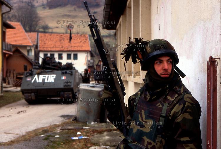 GORAZDE / BOSNIA 1996.SOLDATI DEL CONTINGENTE ITALIANO IFOR IMPEGNATI NELL'APERTURA DI UN CORRIDOIO UMANITARIO PER RAGGIUNGERE L'ENCLAVE MUSULMANA DI GORAZDE ISOLATA PER TRE ANNI. MALGRADO IL CESSATE-IL-FUOCO PROCEDONO CON ATTENZIONE PER EVITARE IMBOSCATE E POSSIBILI CAMPI MINATI. FOTO LIVIO SENIGALLIESI..GORAZDE / BIH 1996.ITALIAN SOLDIERS OF NATO CONTINGENT IFOR TRYING TO OPEN THE ROAD CONNECTING SARAJEVO TO MUSLIM ENCLAVE GORAZDE. .PHOTO LIVIO SENIGALLIESI