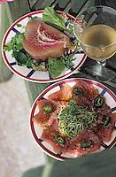 """Europe/France/Aquitaine/64/Pyrénées-Atlantiques/Saint-Jean-de-Luz: Pavé de thon fumé, sa petite salade et verre de vin balnc - Recette du restaurant """"Le Patio"""""""