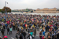 UNGARN, 23.10.2020, Budapest VIII. Bezirk. Im Zeichen des konservativ-autoritaeren Kulturkampfes uebernehmen regierungsnahe Kreise die Theater- und Filmhochschule SzFE. Der Protest der Studenten mit ihrem seit dem 01.09 besetzten Gebaeude ist zum Bezugspunkt der ungarischen Opposition geworden. -Der Aufruf der Studenten zum Gedenkmarsch, dem bis zu 20000 Menschen folgen, bestimmt den Nationalfeiertag des 1956-er Volksaufstandes: Start am historischen Ort vor der TU. Gegenueber die Corvinus-Uni. | As part of the conservative-authoritarian Kulturkampf circles close to the government take control of the University of Theatre and Film Arts SzFE. The students' protest, comprising the ockupation of their buiidings ever since September 1 has become the reference point of the opposition. -The students' call for a commemorative march followed by up to 20000 people dominates the national holiday of the 1956 revolution: Start-off at the historic location in front of the technical university. Across the river the Corvinus university is seen.<br /> © Martin Fejer/estost.net