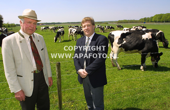 Doorwerth, 100501  foto: Koos Groenewold / APA Foto<br /> Dhr Schouten(melkveehouder) en Dhr Bragt, Adviseur Accon