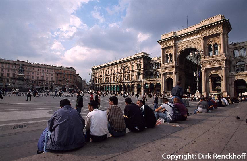 Piazza Duomo (Domplatz) mit der Einkaufspassage Galeria Vittorio Emauele II in Mailand (Milano), die groesste ueberdachte Passage Europas wurde im 19. Jh. erbaut, Lombardei, Italien