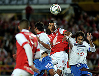 BOGOTA- COLOMBIA – 11-02-2014: Francisco Meza (Cent.) jugador del Independiente Santa Fe de Colombia, disputa el balón con Fredy Barreiro (Izq.) y David Mendoza (Der.) jugadores del Nacional de Paraguay, durante partido entre Independiente Santa Fe y Nacional de la segunda fase, grupo 4, de la Copa Bridgestone Libertadores en el estadio Nemesio Camacho El Campin, de la ciudad de Bogota. / Francisco Meza (L) player of Independiente Santa Fe of Colombia, vies for the ball with Fredy Barreiro (L) and David Mendoza (R) players of Nacional of Paraguay, during a match between Independiente Santa Fe and Nacional for the second phase, group 4, of the Copa Bridgestone Libertadores in the Nemesio Camacho El Campin in Bogota city. Photo: VizzorImage / Luis Ramirez / Staff.