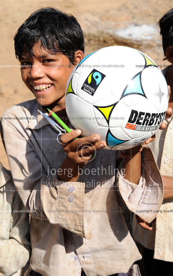 """Südasien Asien Indien IND Madhya Pradesh , Junge mit fairtrade Fussball in einem Dorf - fairer Handel   .South Asia India Madhya Pradesh , boy with fairtrade football in village - fair trade.  [ copyright (c) Joerg Boethling / agenda , Veroeffentlichung nur gegen Honorar und Belegexemplar an / publication only with royalties and copy to:  agenda PG   Rothestr. 66   Germany D-22765 Hamburg   ph. ++49 40 391 907 14   e-mail: boethling@agenda-fototext.de   www.agenda-fototext.de   Bank: Hamburger Sparkasse  BLZ 200 505 50  Kto. 1281 120 178   IBAN: DE96 2005 0550 1281 1201 78   BIC: """"HASPDEHH"""" ,  WEITERE MOTIVE ZU DIESEM THEMA SIND VORHANDEN!! MORE PICTURES ON THIS SUBJECT AVAILABLE!! INDIA PHOTO ARCHIVE: http://www.visualindia.net ] [#0,26,121#]"""