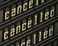 """Das Tief """"Daisy"""" nähert sich Deutschland von Süden, schiebt sich langsam nach Norden vor. Am Freitagabend und in der Nacht sind die ersten Boten des Sturmtiefs in Leipzig angekommen - beständiger Schneefall mit heftigen Winden in der Nacht zum Samstag und im Verlauf des Sonnabends - auf dem Flughafen fielen Flüge aus und Bahnen fuhren nicht pünktlich bis gar nicht - auf den Straßen bestimmt Glätte das Bild, zuweilen blockieren Schneeverwehungen den Verkehr - im Bild: Flughafen Leipzig / Halle - Viele Flüge wurden annuliert / gecancelled / gestrichen am Wochenende - die Maschinen blieben am Boden - Feature - Anzeigetafel der Abflüge zeigt cancelled. Reiserücktritt  Foto: Norman Rembarz<br /> <br /> Norman Rembarz , Autorennummer 41043728 , Holbeinstr. 14, 04229 Leipzig, Tel.: 01794887569, Hypovereinsbank: BLZ: 86020086, KN: 357889472, St.Nr.: 231/261/06432 - Jegliche kommerzielle Nutzung ist honorar- und mehrwertsteuerpflichtig! Persönlichkeitsrechte sind zu wahren. Es wird keine Haftung übernommen bei Verletzung von Rechten Dritter. Autoren-Nennung gem. §13 UrhGes. wird verlangt. Weitergabe an Dritte nur nach  vorheriger Absprache."""