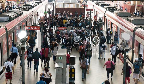 SÃO PAULO, SP, 26.03.2021:  Movimentação CPTM SP -Movimentação de passageiros na  Estação da Luz da CPTM  região central da cidade de São Paulo na manhã desta sexta -feira (26). A cidade de São antecipou 5 feriados com objetivo de diminuir a circulação de pessoas devido ao aumento de casos de Covid -19.