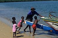 Afrique/Afrique de l'Ouest/Sénégal/Basse-Casamance : Ehidj : Enfants à l'arrivée des pirogues dans les bolons