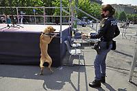 - Milano, controlli di sicurezza con cane antiesplosivi prima di una pubblica manifestazione<br /> <br /> - Milan, security checks with a bomb-sniffing dog before a public event