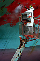 GENOVA / ITALIA.OPERAIO AL LAVORO NEL BACINO DI CARENAGGIO DOVE VENGONO COSTRUITE O RIPARATE LE NAVI..FOTO LIVIO SENIGALLIESI..GENOVA / ITALY.MAN AT WORK IN THE HARBOUR..PHOTO LIVIO SENIGALLIESI