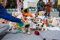 """Mit Plueschtieren als Symbol fuer eine angebliche """"pysiche und psychische Schaedigung unsere Kinder durch die Corona-Maßnahmen"""" protestierten Corona-Leugner und Impfgegner unter dem Motto """"Haende weg von unseren Kinder"""" am Montag den 19. Oktober 2020 in Berlin. Dabei wurden Schilder mit der Aufschrift """"Ihr seid Verbrecher, Finger weg von unseren Kindern"""", """"Nur die Coronaregeln machen unsere Kinder krank"""" und """"Maske ist Folter"""" gehalten. Manche der Kuscheltiere hatten eine Maske mit dem Spruch """"I can't breath"""" der antirassistischen Blick Lives Matter-Bewegung um.<br /> Im Bild: Ein Kuscheltier mit einem Schild mit der Aufschrift """"Ich will atmen! reden Freiheit!"""".<br /> 19.10.2020, Berlin<br /> Copyright: Christian-Ditsch.de"""