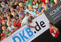 Leichtathletik, Deutsche Meisterschaft vom 25. bis 27.07.2014 im Donaustadion Ulm und auf dem Münsterplatz. Im Bild: Kugelstoßen-Bundestrainer Sven Lang gibt seinem Schützling Christina Schwanitz (LV 90 Erzgebirge) letzte Instruktionen.
