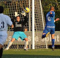 SV Rumbeke - SV Kortrijk..Jean-Francois met de redding op een shot van Stijn Vander Sticht (rechts)..foto VDB / BART VANDENBROUCKE
