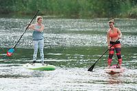 Angela Reitmeyer und Lia Böhnke auf ihrem SUP-Board an der Mündung des Ginsheimer Altrheins - Ginsheim-Gustavsurg 20.06.2021: Stand-up Paddling