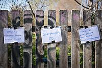 """Corona-Krise, Hilfe fuer Obdachlose.<br /> Menschen in Berlin haben fuer Obdachlose """"Spenden- und Gabenzaeune"""" eingerichtet. Dort haengen sie Bekleidung und haltbare Lebensmittel auf, die sich Obdachlose mitnehmen koennen.<br /> Im Bild: Ein Spendenzaun in Berlin-Kreuzberg.<br /> 24.3.2020, Berlin<br /> Copyright: Christian-Ditsch.de<br /> [NUR FUER REDAKTIONELLE ZWECKE! Werbung nur auf Anfrage beim Fotografen. Inhaltsveraendernde Manipulation des Fotos nur nach ausdruecklicher Genehmigung des Fotografen. Vereinbarungen ueber Abtretung von Persoenlichkeitsrechten/Model Release der abgebildeten Person/Personen liegen nicht vor. NO MODEL RELEASE! Don't publish without copyright Christian-Ditsch.de, Veroeffentlichung nur mit Fotografennennung, sowie gegen Honorar, MwSt. und Beleg. Konto: I N G - D i B a, IBAN DE58500105175400192269, BIC INGDDEFFXXX, Kontakt: post@christian-ditsch.de<br /> Bei der Bearbeitung der Dateiinformationen darf die Urheberkennzeichnung in den EXIF- und  IPTC-Daten nicht entfernt werden, diese sind in digitalen Medien nach §95c UrhG rechtlich geschuetzt. Der Urhebervermerk wird gemaess §13 UrhG verlangt.]"""