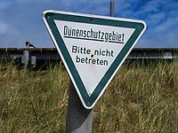 Schild Dünenschutz beim Nordstrand, der Düne, Insel Helgoland, Schleswig-Holstein, Deutschland, Europa<br /> signpost dune-protection at northern beach, dune, Helgoland island, district Pinneberg, Schleswig-Holstein, Germany, Europe