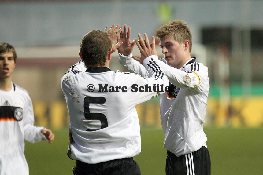 Torjubel um Toni Kroos (Leverkusen) mit Konstantin Rausch (Hannover)<br /> Deutschland vs. Finnland, U19-Junioren<br /> *** Local Caption *** Foto ist honorarpflichtig! zzgl. gesetzl. MwSt. Auf Anfrage in hoeherer Qualitaet/Aufloesung. Belegexemplar an: Marc Schueler, Am Ziegelfalltor 4, 64625 Bensheim, Tel. +49 (0) 151 11 65 49 88, www.gameday-mediaservices.de. Email: marc.schueler@gameday-mediaservices.de, Bankverbindung: Volksbank Bergstrasse, Kto.: 151297, BLZ: 50960101