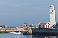 Europe/France/Aquitaine/64/Pyrénées-Atlantiques/Pays-Basque/Saint-Jean-de-Luz: Le phare du port à l'entrée du port de Saint-Jean-de-Luz et Ciboure ,classé monument historique, construit par André Pavlovsky en fond le fort de Socoa