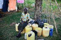 KENIA, ADS Anglican Development Services of Mount Kenya East, Stadt Embu, Dorf Gichunguri, Projekt Regenwasserauffang an einem Felsen und Speicherung in Tanks zur Nutzung in Duerreperioden, Agnes Irima, 44 Jahre zu Hause mit Wasservorrat