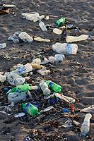 DJIBOUTI , Obock, Red sea, beach with plastic garbage / DSCHIBUTI, Obock, Rotes Meer, Plastkmuell am Strand