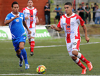 MEDELLÍN -COLOMBIA-17-05-2014. Daniel Cataño (Der) del Deportivo Rionegro disputa el balón con Denis Gómez (Izq) de Jaguares FC durante partido de ida por cuartos de final del Torneo Postobón I 2014 jugado en el estadioTulio Ospina de la ciudad de Bello./ Daniel Cataño (R) of Deportivo Rionegro fights for the ball with Denis Gomez (L) of Jaguares FC during the first leg match for the quarterfinals of the Postobon Tournament I 2014 played at Tulio Ospina stadium in Bello city. Photo: VizzorImage/Luis Ríos/STR