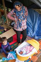 SERBIEN, 08.2016, Kelebija. Internationale Fluechtlingskrise: An der mit Zaeunen abgesperrten ungarischen Grenze stauen sich Fluechtlinge und Migranten. Sie bitten meist vergebens um Einlass in die  Asyl- und Transitzonen (blaue Container). So haben sich auf serbischer Seite provisorische Lager mit sehr schlechten Bedingungen gebildet. | International refugee crisis: Refugees and migrants have been piling up at the fenced-off Hungarian border. They are waiting for entrance into the asylum and transit zones (blue containers), mostly in vain. Thus provisional camps have emerged on the Serbian side with very bad conditions. In the picture Noor Mahmud and Ali Mahmud.<br /> © Szilard Vörös/EST&OST