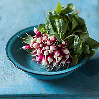 Gastronomie, radis de Joël Thiébault,  maraicher //  Gastronomy, pink radishes, Joel Thiebault, market gardener - Stylisme : Valérie LHOMME