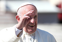 Papa Francesco saluta i fedeli al termine dell'udienza generale del mercoledi' in Piazza San Pietro, Citta' del Vaticano, 10 ottobre 2018.<br /> Pope Francis waves to faithful at the end of his weekly general audience in St. Peter's Square at the Vatican, on October 10, 2018.<br /> UPDATE IMAGES PRESS/Isabella Bonotto<br /> <br /> STRICTLY ONLY FOR EDITORIAL USE