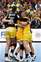 Die Leipzigerinnen gewannen auch das zweite Spiel der Gruppenphase in der Champions League. Im Bild: Freude bei den Spielerinnen um Anne Mueller (Mitte). Foto: Ines Christ.
