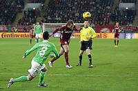 Kopfball Julius Reinhardt (OFC) vor Vierinha (Wolfsburg)
