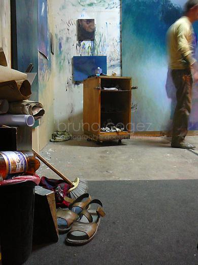 István Betuker travaille sur sa peinture..