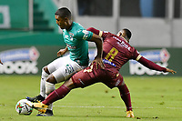 PALMIRA – COLOMBIA, 21-03-2021: Jhojan Valencia del Cali disputa el balón con Jaminton Campaz del Deportes Tolima durante el partido entre Deportivo Cali y Deportes Tolima por la fecha 13 de la Liga BetPlay DIMAYOR 2021 jugado en el estadio Deportivo Cali de la ciudad de Palmira. / Jhojan Valencia of Cali vies for the ball with Jaminton Campaz of Deportes Tolima during match between Deportivo Cali and Deportes Tolima for the date 13 as part of BetPlay DIMAYOR League 2021 played at the Deportivo Cali stadium in Palmira city. Photos: VizzorImage / Nelson Ríos / Cont.