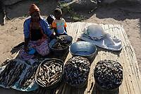 ZAMBIA Barotseland Mongu, Mulamba harbour at river Zambezi floodplain, woman sells dry fish / SAMBIA Barotseland , Stadt Mongu , Hafen Mulamba in der Flutebene des Zambezi Fluss, Frau verkauft Trockenfisch